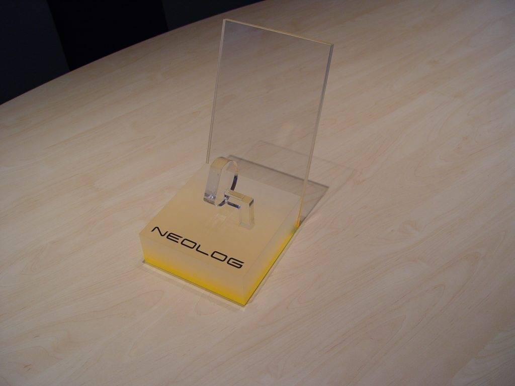 Produktpraesenter Uhr Acryl